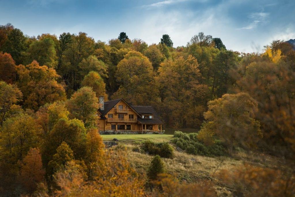 Caballadas lodge exterior in autumn