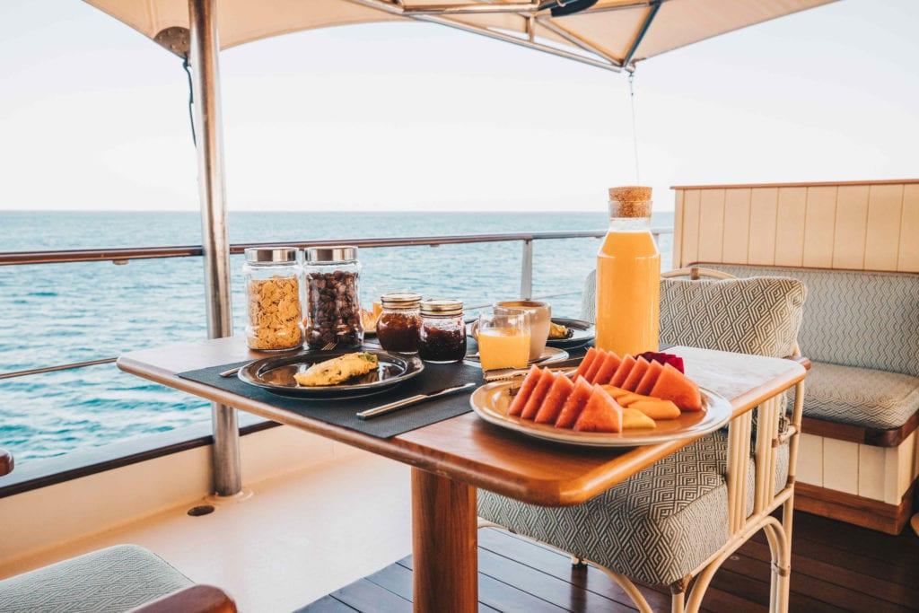 Al fresco breakfast on Kudanil Explorer yacht
