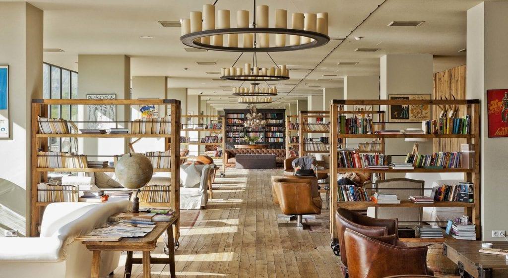Rooms Hotel Kazbegi book shelves