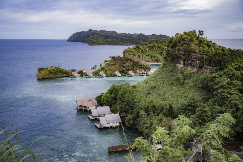 8 luxury private stilted villas with direct access to the water