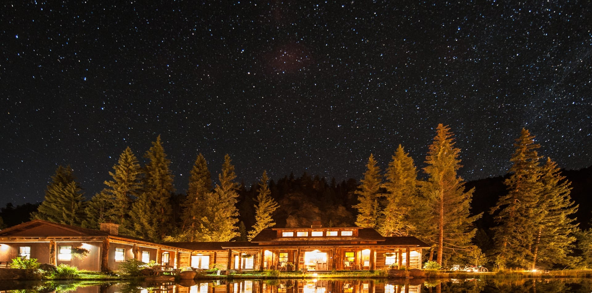 HERO Colorado Taylor River Lodge Exterior Night
