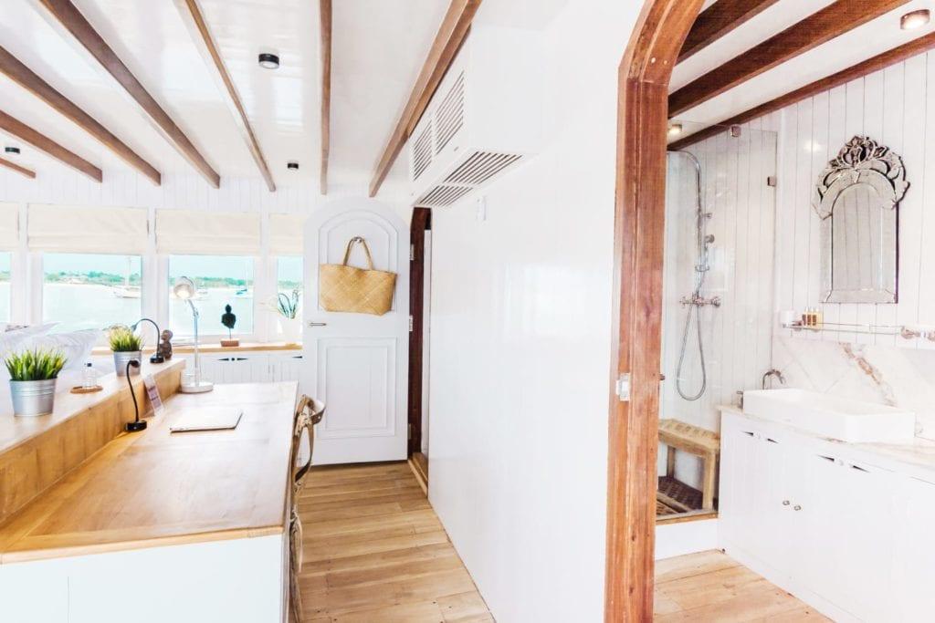 Master cabin bathroom on Mischief