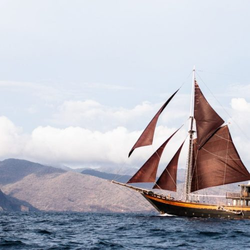 Dunia Baru's port side sailing through tropical seas