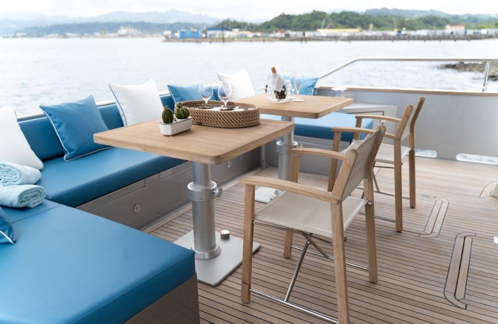 Top deck seating on Hummingbird
