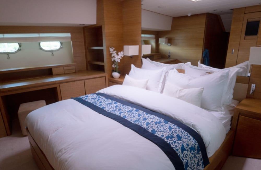 Double bedroom on board the Hummingbird