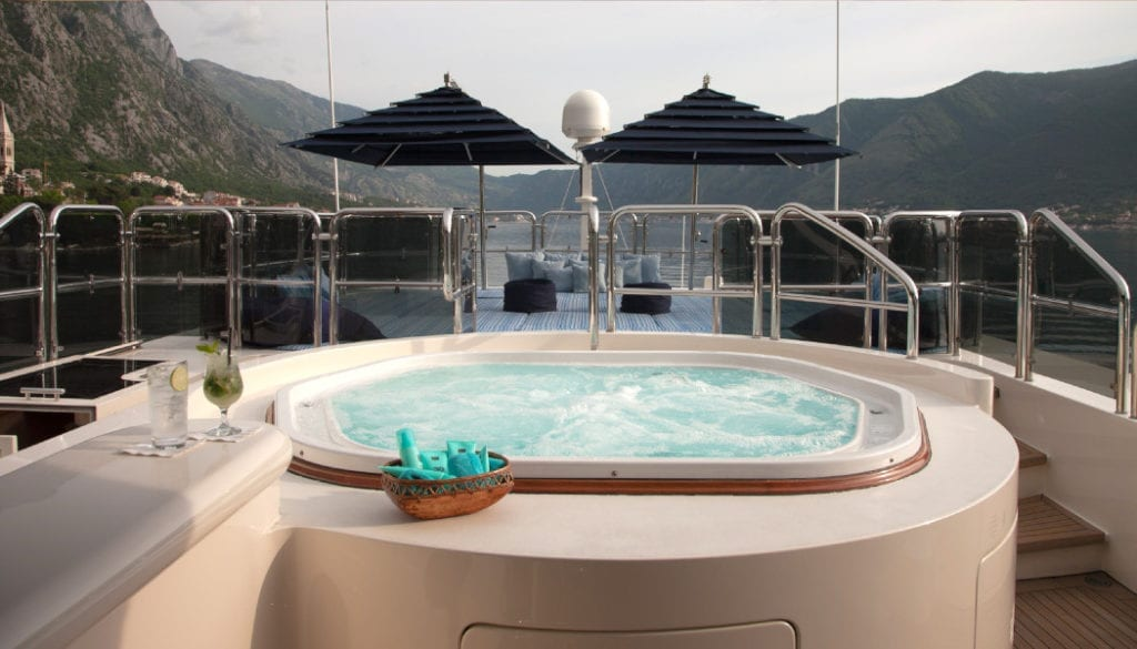 Jacuzzi on the deck of Jo